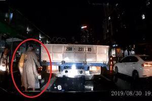 Clip: Cố bon chen trên phố đông người, xe SH mắc kẹt vào thùng xe tải