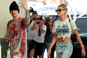 Justin Bieber lái siêu xe, dạo phố cùng vợ trẻ trước thềm đám cưới