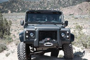 Land Rover Defender bản độ Himalaya Spectre ăn theo James Bond có gì?