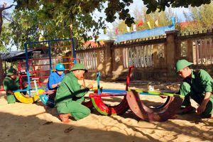 Đoàn viên quân hàm xanh tặng sân chơi cho trẻ em vùng biên giới biển