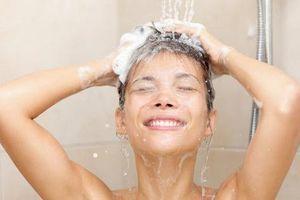 Nhỏ nước muối sinh lý có vào tai có khỏi ù tai, hết viêm nhiễm sau khi tắm gội, đi bơi không?