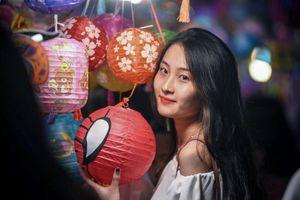 Giới trẻ thi nhau 'sống ảo' tại chợ Trung thu mới mở