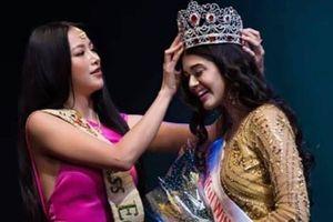 Phương Khánh mặc váy hở gợi cảm trao vương miện cho Hoa hậu Ấn Độ