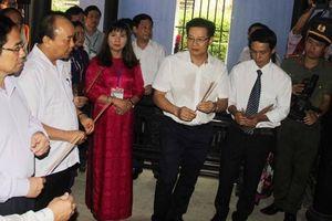 Thủ tướng dâng hương tại Nhà lưu niệm Bác Hồ ở Huế