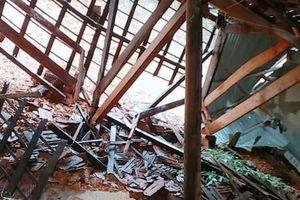 Mưa lớn gây lở đất làm sập nhà, tốc mái trường học