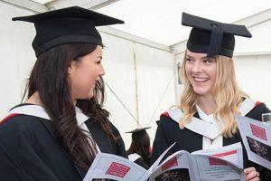 Bằng đại học ở Anh có còn được đánh giá cao?