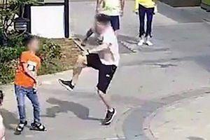 Người đàn ông Trung Quốc 'tung cước' đánh gục cậu bé gây phẫn nộ