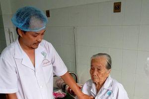 Phẫu thuật thành công cho cụ bà 84 tuổi 10 năm đau sỏi bàng quang