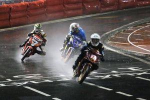 Hàng ngàn người đội mưa xem đua xe mô tô tại Cần Thơ