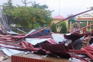 Lốc xoáy ở Hà Tĩnh cuốn phăng mái trường học trước khai giảng