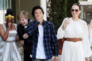 Angelina Jolie rạng rỡ ra phố ăn trưa cùng các con trong ngày nắng đẹp
