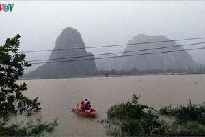 Quảng Bình kịp thời đưa 2 sản phụ ở vùng lũ đi cấp cứu
