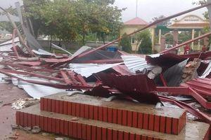Lốc xoáy thổi bay mái trường tiểu học ở Hà Tĩnh