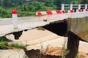 Lũ cuốn cầu trơ móng, nhiều nơi ở Quảng Trị vẫn chia cắt
