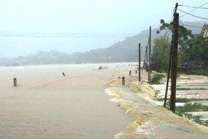 4 người chết và mất tích, nhiều nơi ở miền Trung bị chia cắt do mưa lũ