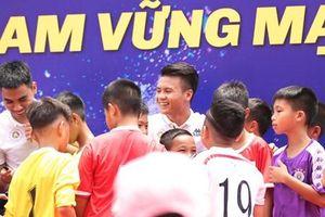 Quang Hải, Văn Quyết 'thắp lửa ước mơ' cho trẻ em Hà Nội