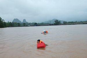 Lật ca nô khi đi thị sát lũ, 6 cán bộ ở huyện Tuyên Hóa bị cuốn trôi