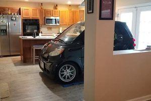 Người Mỹ đỗ ôtô trong nhà để tránh siêu bão Dorian
