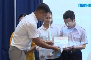 Trao học bổng Nguyễn Thái Bình và hỗ trợ Tiếp sức mùa thi