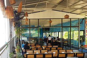 Phạt nhà hàng nổi trái phép trên sông Hồng 60 triệu, yêu cầu di chuyển