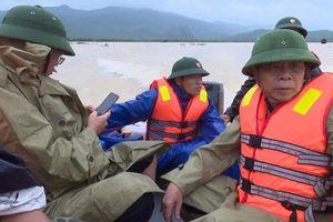 Lật thuyền thị sát vùng lũ, đoàn cán bộ huyện bị cuốn trôi
