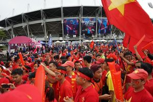 CĐV nhuộm đỏ sân Thammasat, tiếp lửa cho Việt Nam đấu Thái Lan