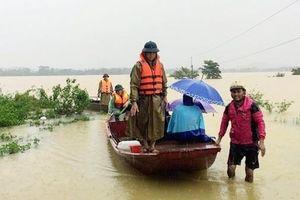Hà Tĩnh: Đưa hai sản phụ chuyển dạ tới bệnh viện bằng thuyền