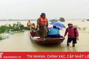 Dùng thuyền vượt lũ đưa 2 sản phụ Hà Tĩnh chuyển sinh an toàn