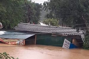 Đỉnh lũ lên 15m, biển nước nhấn chìm gần 3000 ngôi nhà tại Hà Tĩnh