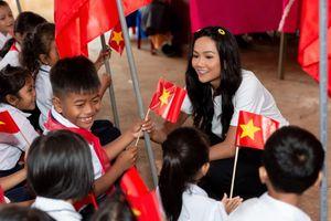 Hoa hậu H'Hen Niê trở về khai giảng trường xưa