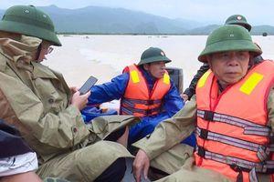 Lật thuyền lúc kiểm tra mưa lũ, Phó chủ tịch và 5 cán bộ huyện trôi gần 1km