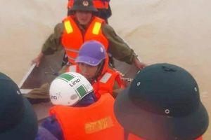 'Quan' xã chèo thuyền vượt lũ 10km đưa sản phụ đi bệnh viện