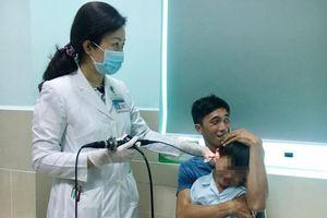 Bé trai 5 tuổi bị thủng màng nhĩ do tự tay nhét pin vào tai