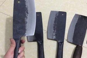 Giành chỗ bán trên lề đường, dùng dao chặt thịt chém đối thủ