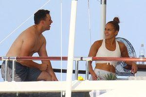 Jennifer Lopez khoe da rám nắng, tập gym khi đi nghỉ với tình trẻ