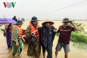 Chèo thuyền vượt nước lũ đưa 3 sản phụ trở dạ đến bệnh viện