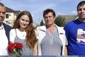 Khoảnh khắc rơi nước mắt: Con gái đoàn tụ với bố mẹ sau 20 năm bị lạc