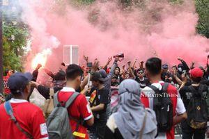 Cổ động viên Indonesia làm loạn, cầu thủ Malaysia rời 'chảo lửa' Bung Karno bằng xe bọc thép
