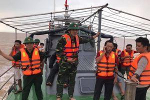 Cứu sống 4 thuyền viên tàu cá Nghệ An bị chìm