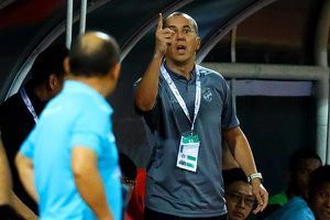 Trợ lý tuyển Thái Lan chỉ tay khiêu khích HLV Park Hang-seo