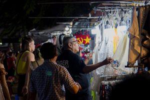 Hàng nhái tràn chợ đêm Bến Thành, QLTT than khó vào cuộc