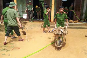 Nhiều xã miền cao ở Hà Tĩnh tranh thủ nắng ráo, dọn dẹp sau lũ rút