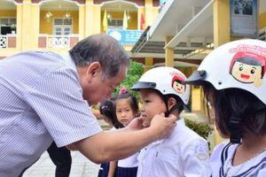 Huế: Chủ tịch tỉnh đến thăm các trường ngập lũ, phải đóng cửa ngày khai giảng