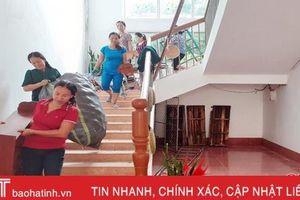 Hàng trăm trường học ở Hà Tĩnh tất bật dọn vệ sinh sau lũ, đón học sinh vào đầu tuần sau