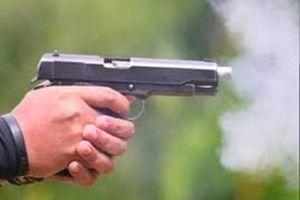 Chồng bị bắn thương tích, vợ chở hung thủ bỏ trốn