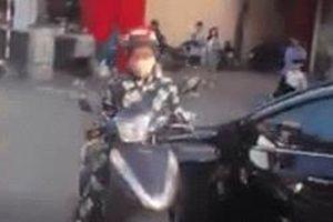 Người phụ nữ ngoan cố thách thức tài xế ô tô khiến cả đoạn đường Hà Nội ùn tắc: 'Này, đâm đi'