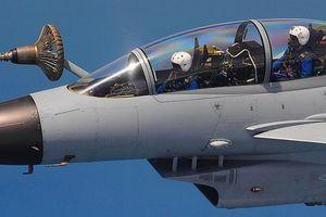 Cận cảnh J-10 2 chỗ ngồi hiếm của Không quân TQ