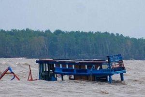 Tàu cá khó ra vào vì cửa biển vừa nạo vét đã bị bồi lấn
