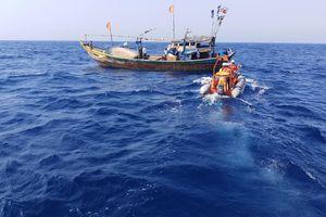 Khẩn trương cứu hộ tàu cá gặp nạn trên vùng biển Trường Sa