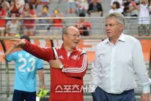 Chủ Nhật này, Next Media tiếp tục đem về Việt Nam cuộc đối đầu giữa Park Hang Seo và Guus Hiddink